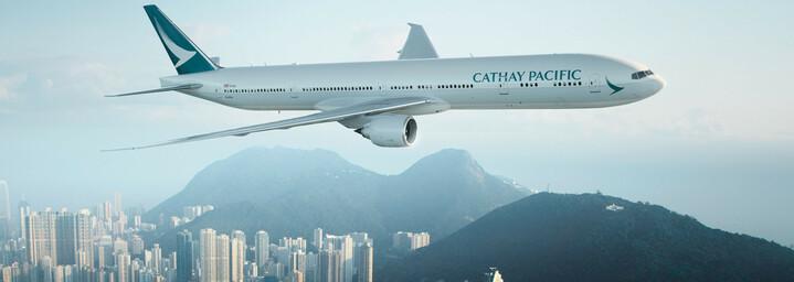 Maschine der Cathay Pacific Airways am Horizont