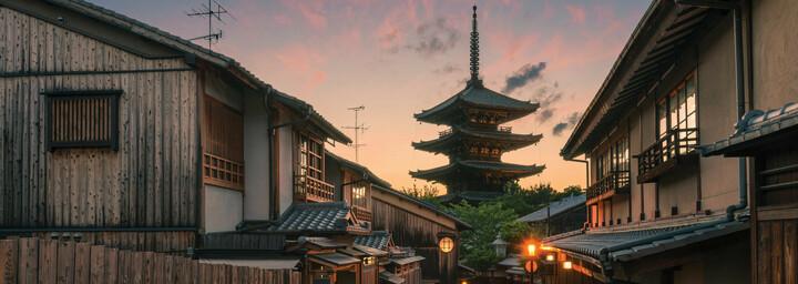 Blick auf Tempel in Kyoto am Abend