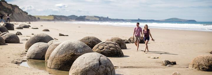 Paar am Strand in Moeraki Boulders