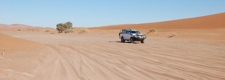 Fahrt im Allradfahrzeug durch Namib Wüste
