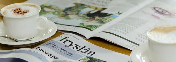 Bild von Zeitungen mit Kaffeetassen