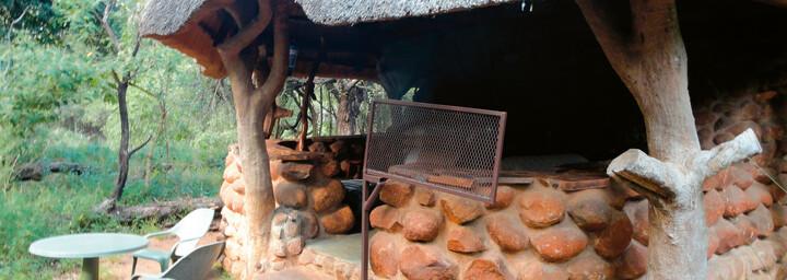 Außenansicht der Hütte im Stone Camp Mkhaya Game Reserve
