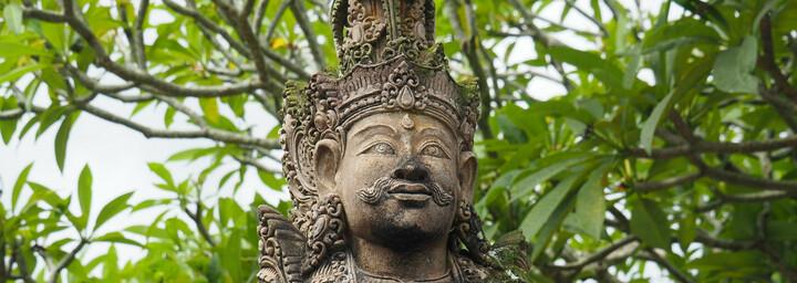 Skulptur im traditionellen Dorf Tenganan