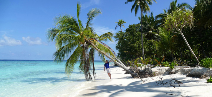 Malediven Reiseberichte: Reiseexpertin Kathrin am traumhaften Sandstrand der Malediven