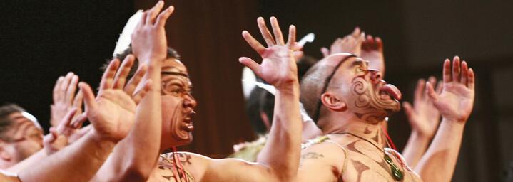 Maori beim Haka-Tanz