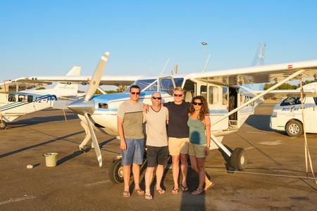 Reisebericht Botswana - Reiseexpertin Naja und ihre Begleiter vor der 5-Sitzer Cessna