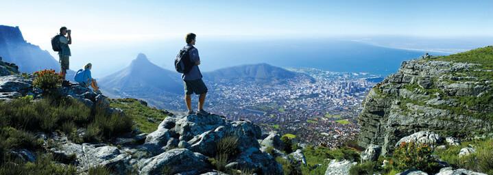 Wanderer auf dem Tafelberg mit Blick über Kapstadt, Südafrika