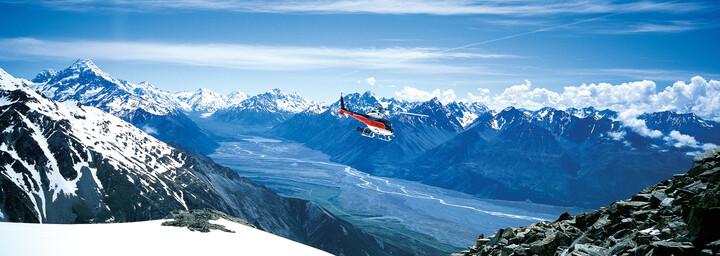 Aoraki Mount Cook Ausblick über Gebirgskette mit Helikopter