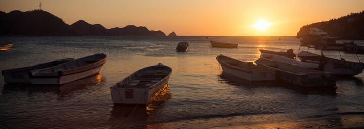 Sonnenuntergang und Boote in Taganga Kolumbien