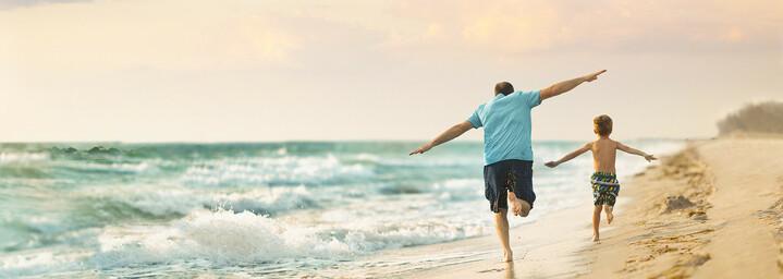 Vater und Sohn am Strand in Fort Myers