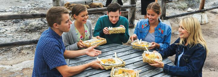 Junge Reisegruppe mit Essen