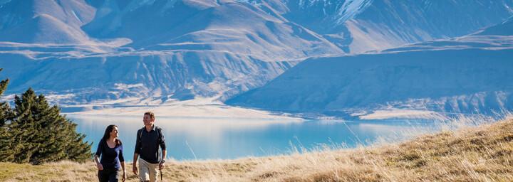 Zwei Wanderer vor Mount Cook mit Spiegelung