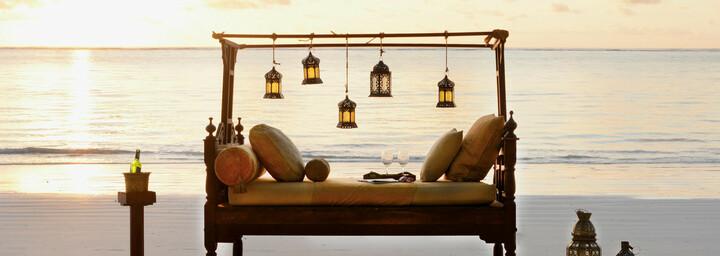 Bett am Strand des Breezes Beach Club & Spa