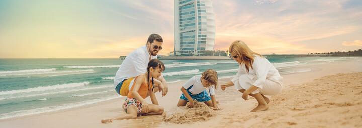 Familie am Strand Dubais - Burj Al Arab