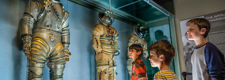 Kennedy Space Center Jungen und Astronauten-Anzüge