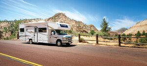 Road Bear Camper in Landschaft der USA