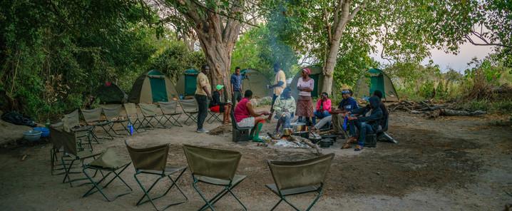 Reisebericht Botswana - Gemeinsames Essen mit einheimischen Freunden im Camp