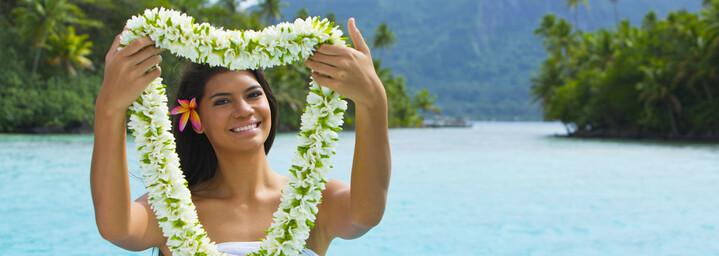 Einheimische mit Blumenschmuck zur Begrüßung