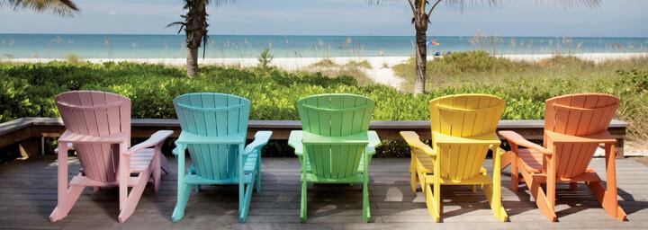 Bunte Stühle am Strand