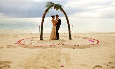 Brautpaar am Strand - Hochzeit auf Aitutaki