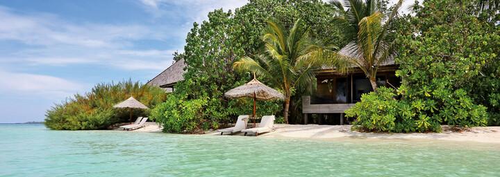 Beach Villa des Gangehi Island Resort im Nord Ari Atoll