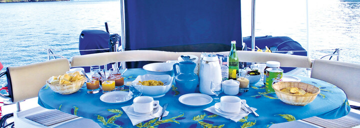 Frühstück auf dem Katamaran Eleuthera 60