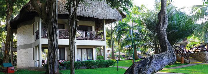 Baobab Beach Resort und Spa von außen mit Baobab Baum