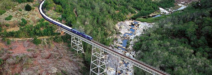 Durch die Landschaft fahrender Blue Train