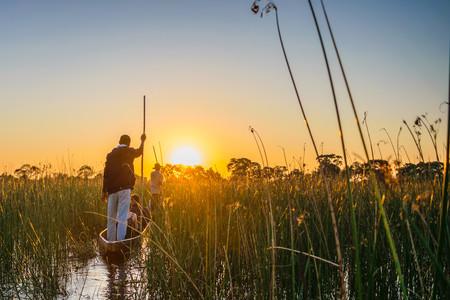 Mokoro Fahrt durch das Schiff des Okavango Deltas
