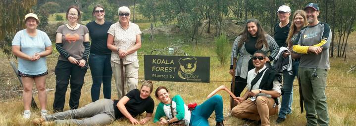 Koala Recovery Experience Gruppe vor dem Koala Forest