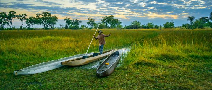 Okavango Delta Safari - Mokoros mit Poler im Okavango Delta