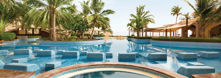 Pool des Shangri-La Al Bandar Hotel
