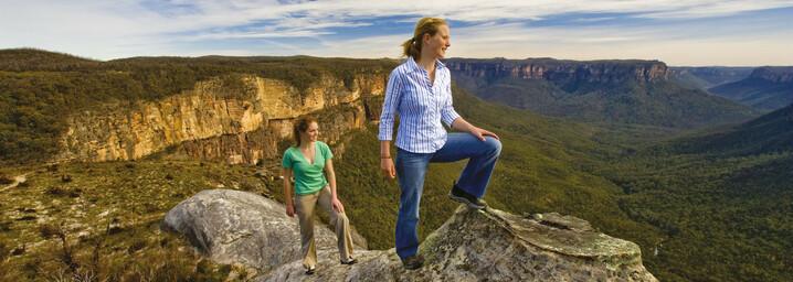 Frauen auf dem Mount Hay mit Blick über die Blue Mountains