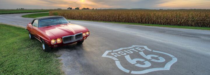 Rotes Auto auf der Route 66