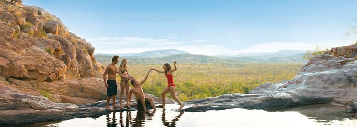 Schwimmen im Wasserloch Kakadu Nationalpark Northern Territory