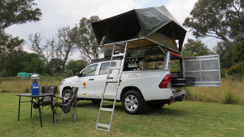 Bushlore Toyota Hilux 4x4 Safari Camper mit einem Zelt