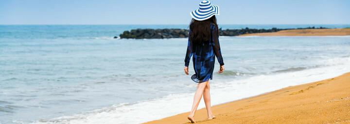 Frau beim Strandspaziergang - Anantara Kalutara Resort