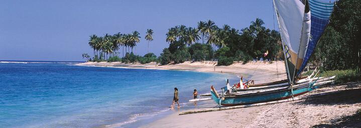 Strand mit Booten auf Lombok