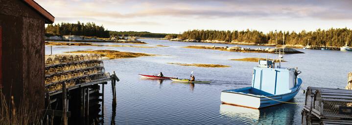 Boot und Kanus auf See