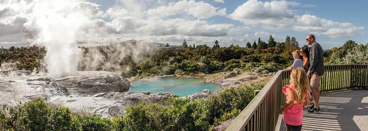 Familie im Geothermalgebiet in Rotorua