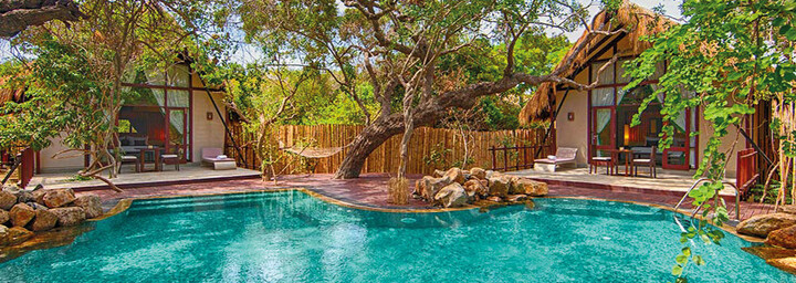 Poolbereich & Cabins des Jungle Beach by Uga Escapes