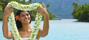 Einheimische Frau mit Blumenschmuck zur Begrüßung
