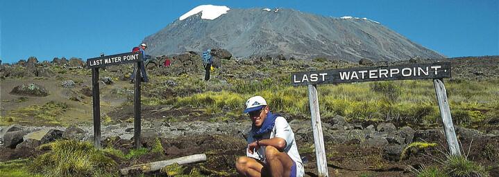 Bergwanderer vor dem Kilimanjaro