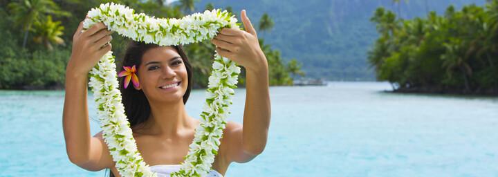 Einheimische Frau auf Bora Bora mit Blumenkranz