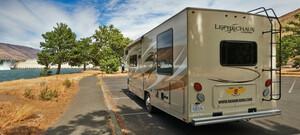 Road Bear Camper in Landschaft der USA