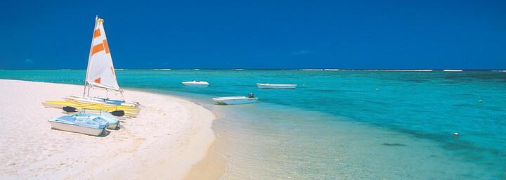 Boote am Strand von Mauritius