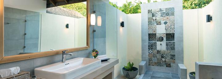 Reethi Faru Resort Beispiel Deluxe Jacuzzi Beach Villa Badezimmer