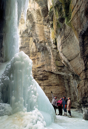 Eiswanderer am gefrorenen Wasserfall Maligne Canyon