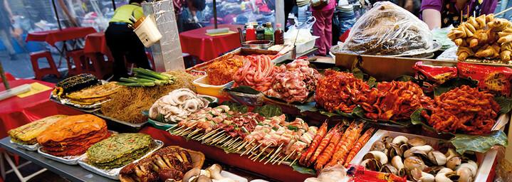 Koreanische Speisen auf einem Markt in Seoul