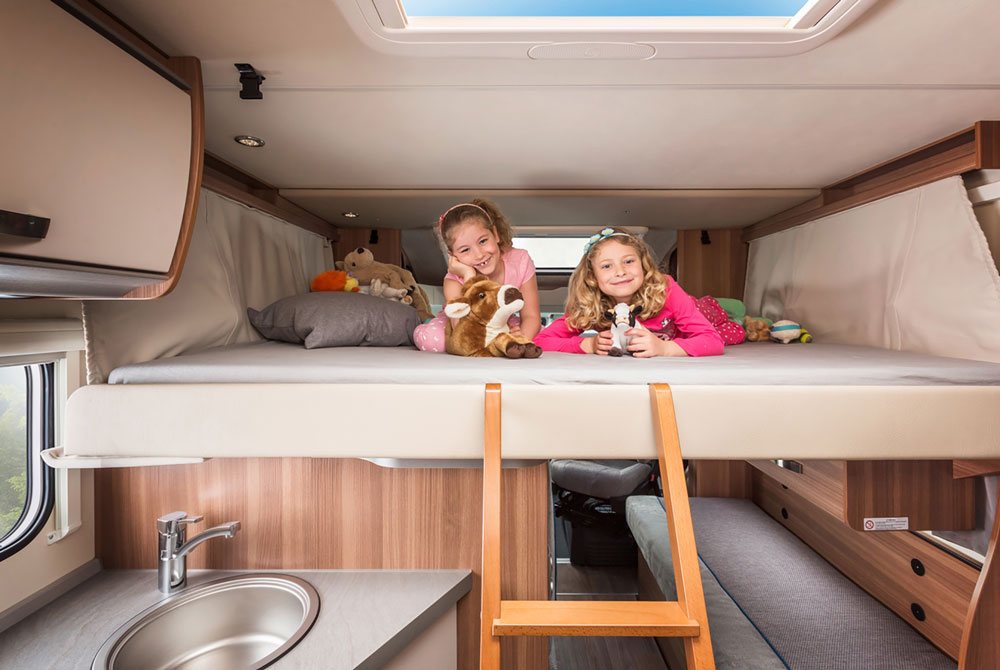 Apollo Camper Family Traveller Plus Bett bei Nacht